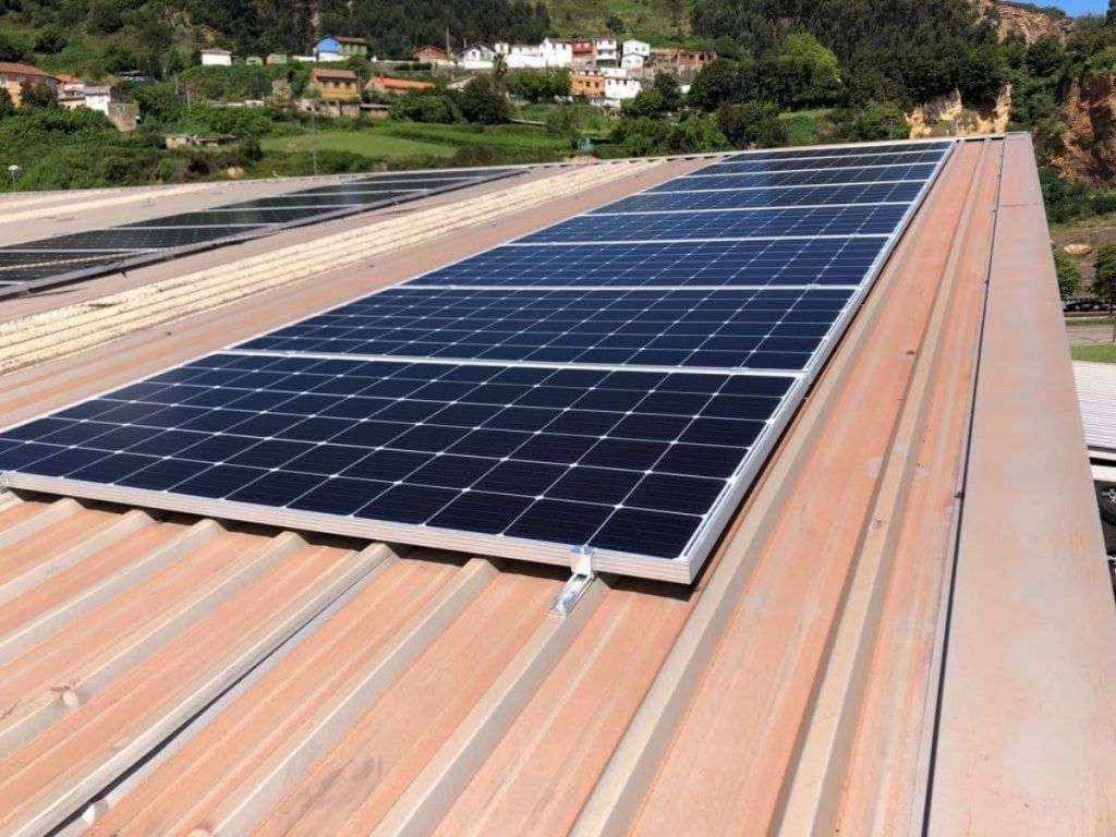 Detalle de panel solar fotovoltaico instalado